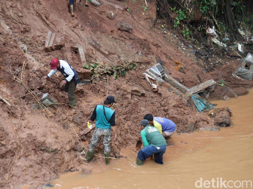 Jenazah yang Hanyut ke Sungai Ditemukan 2 Km dari Lokasi Longsor TPU Cikutra