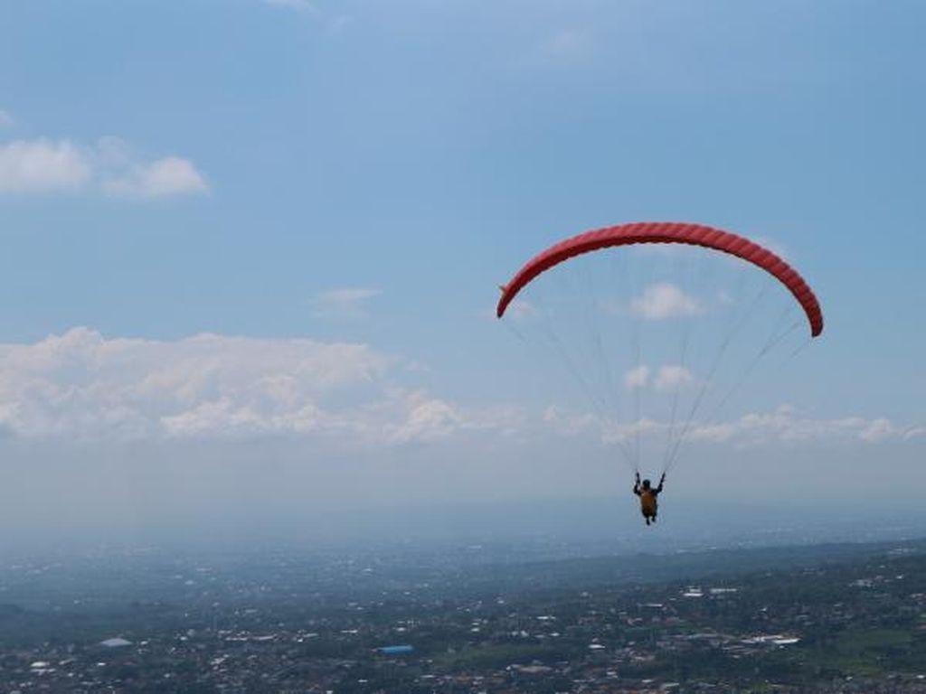 Pacu Adrenalin di Paralayang Gunung Banyak