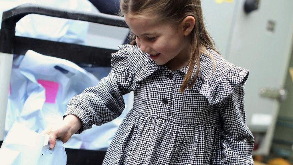 Putri Charlotte Bagi Makanan saat Lockdown, Berpergian Tanpa Masker