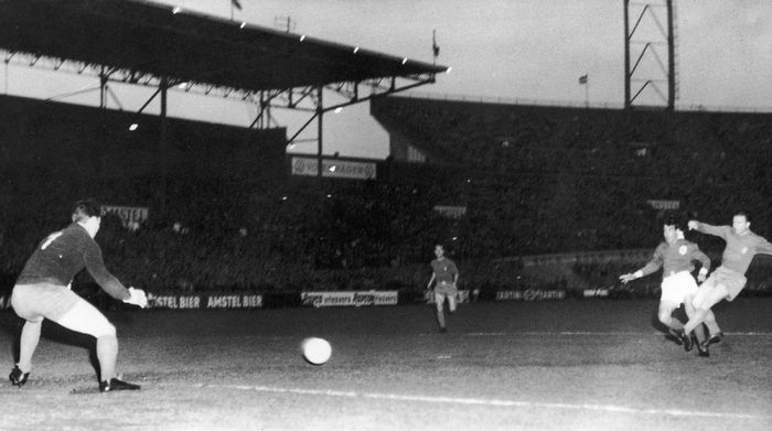 Ferenc Puskas of Real Madrid scores his teams first goal against Benfica in the European Cup Final at Amsterdam, 2nd May 1962. Benfica won the match 5-3. (Photo by Keystone/Hulton Archive/Getty Images)