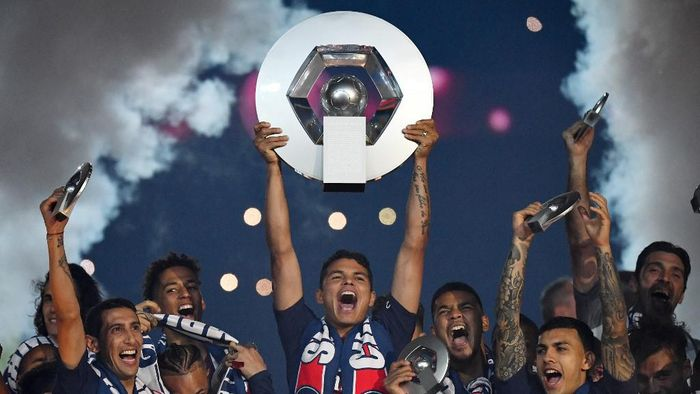 (FILES) In this file photo taken on May 18, 2019, Paris Saint-Germains Brazilian defender Thiago Silva celebrates with the champions trophy at the end of the French L1 football match between Paris Saint-Germain (PSG) and Dijon at the Parc des Princes stadium in Paris. - The football season in France has been declared over following a league vote on April 30, 2020, with Paris Saint-Germain being named as champions. PSG topped the Ligue 1 table by 12 points from Marseille when the season was suspended in mid-March because of the coronavirus outbreak, which has gone on to kill more than 24,000 people in France. (Photo by FRANCK FIFE / AFP)