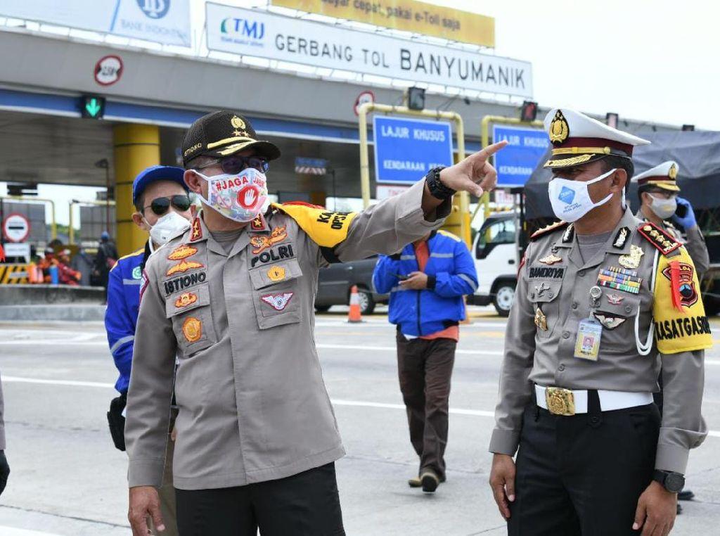 Kakorlantas Pelototi Kendaraan di Gerbang Tol Banyumanik