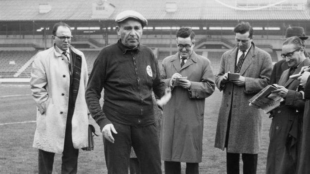 Bela Guttmann (bertopi beret) saat menjadi pelatih Benfica tahun 1962.