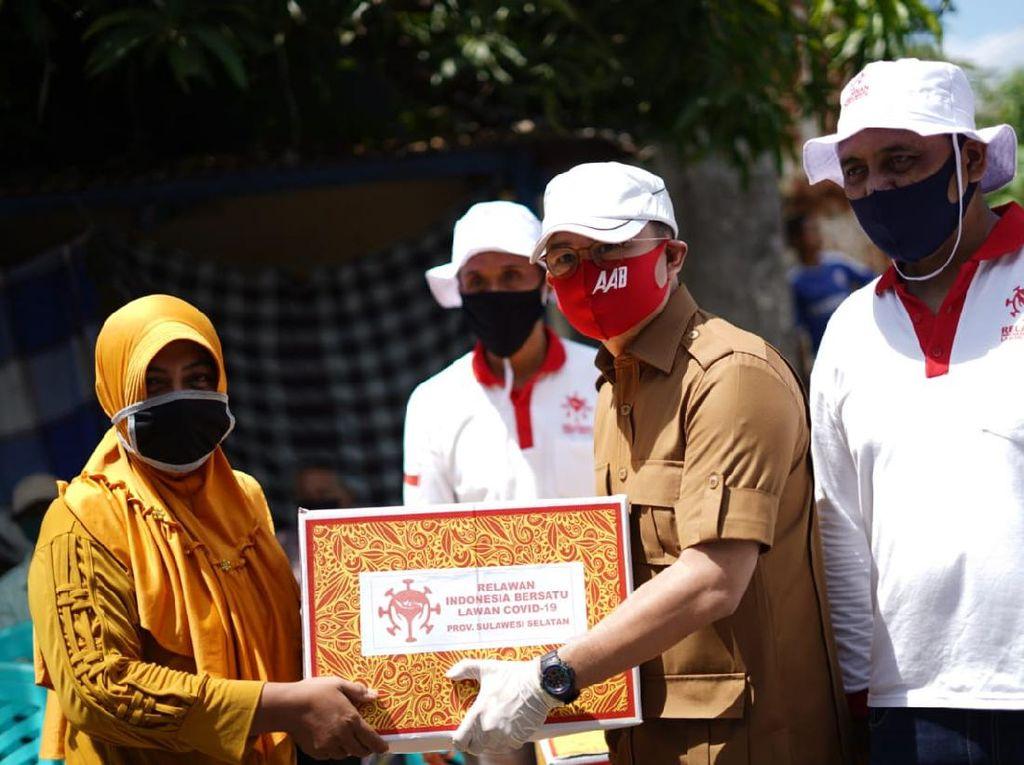 Bagi Sembako di Makassar, Relawan Sandiaga juga Disinfeksi Rumah Warga