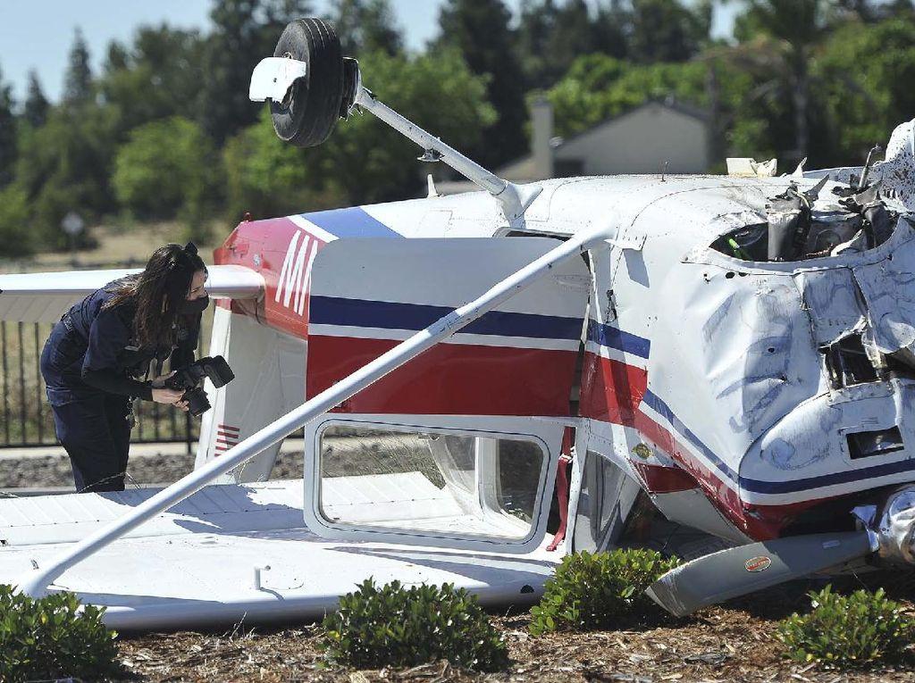 Pesawat Cessna-421 Jatuh Hantam Rumah Warga