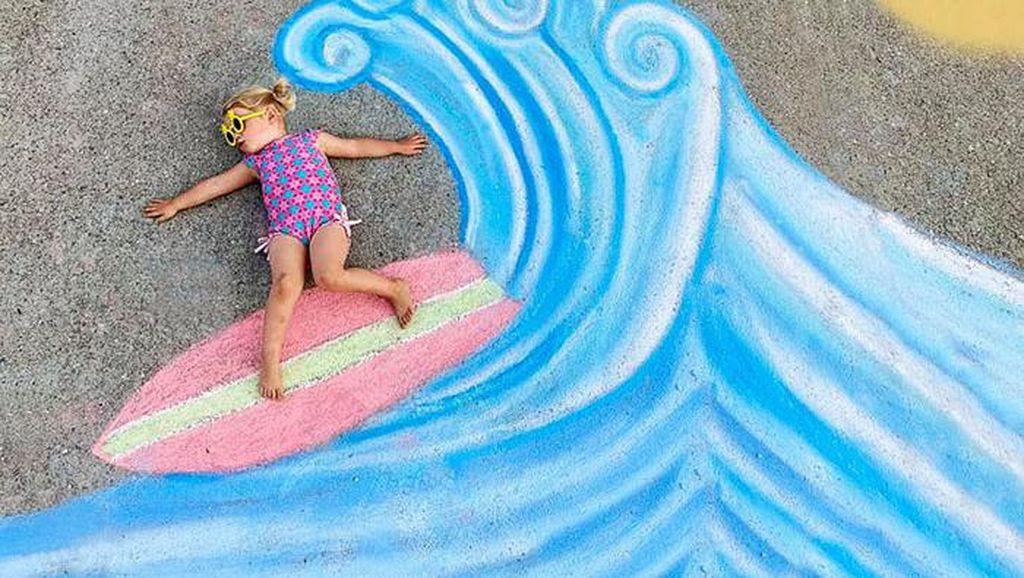 Kreatif! Ibu Ini Menggambar di Jalanan untuk Anaknya