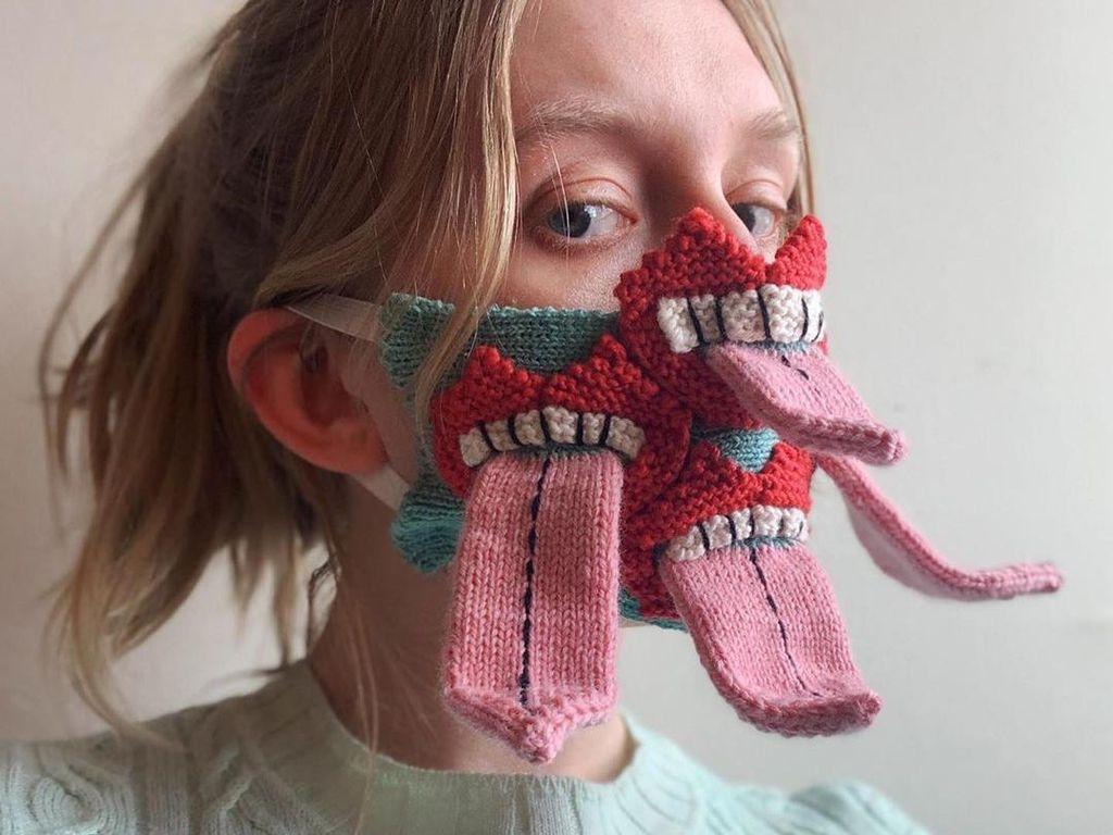 Unik, Ada Masker Rajut Berbentuk Lidah Menjulur