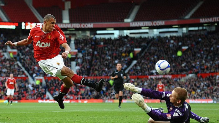 MANCHESTER, ENGLAND - MAY 23: Ravel Morrison of Manchester United has his shot saved by George Long of Sheffield United during the FA Youth Cup Final 2nd Leg match between Manchester United and Sheffield United at Old Trafford on May 23, 2011 in Manchester, England.  (Photo by Laurence Griffiths/Getty Images)