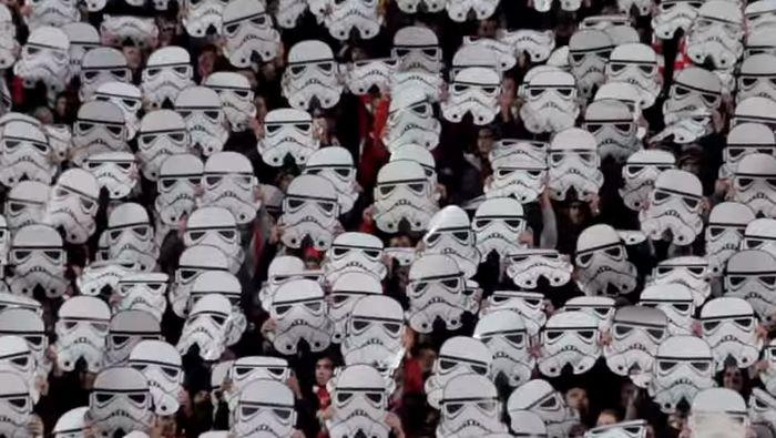 Suporter CSKA Sofia menyajikan koreografi tokoh Star Wars