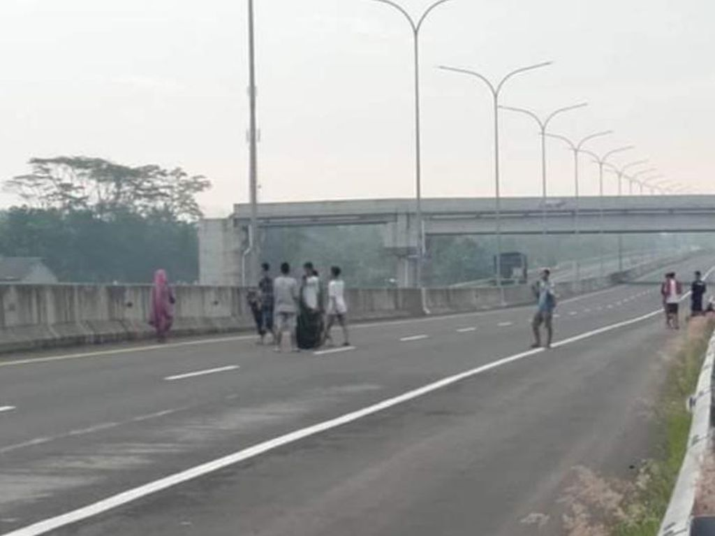 Duh Dik, Bahaya! Bocah-bocah Asyik Main Petasan di Tol Pemalang-Batang