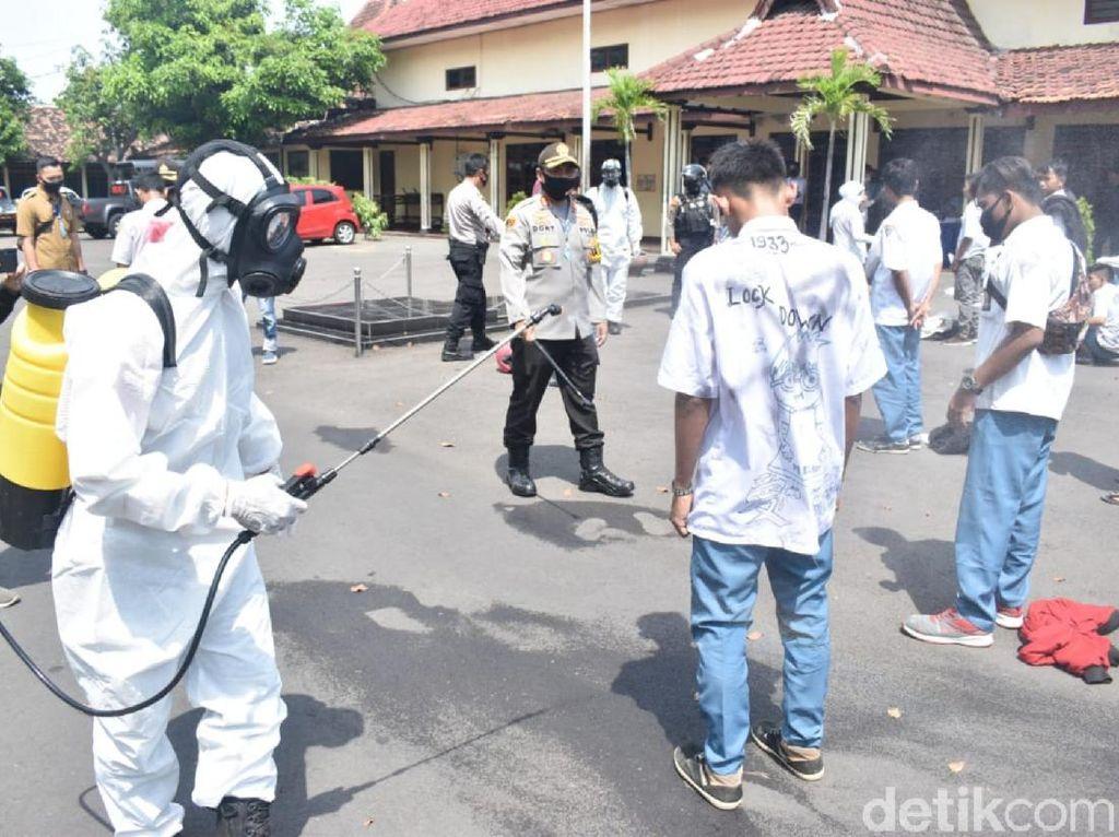 Polisi Halau Konvoi Kelulusan Pelajar SMK, Dijemur Lalu Disemprot Antiseptik