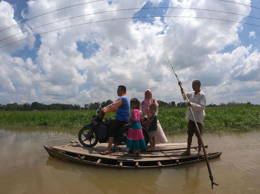 Jalan Putus Akibat Banjir, Warga Naik Getek