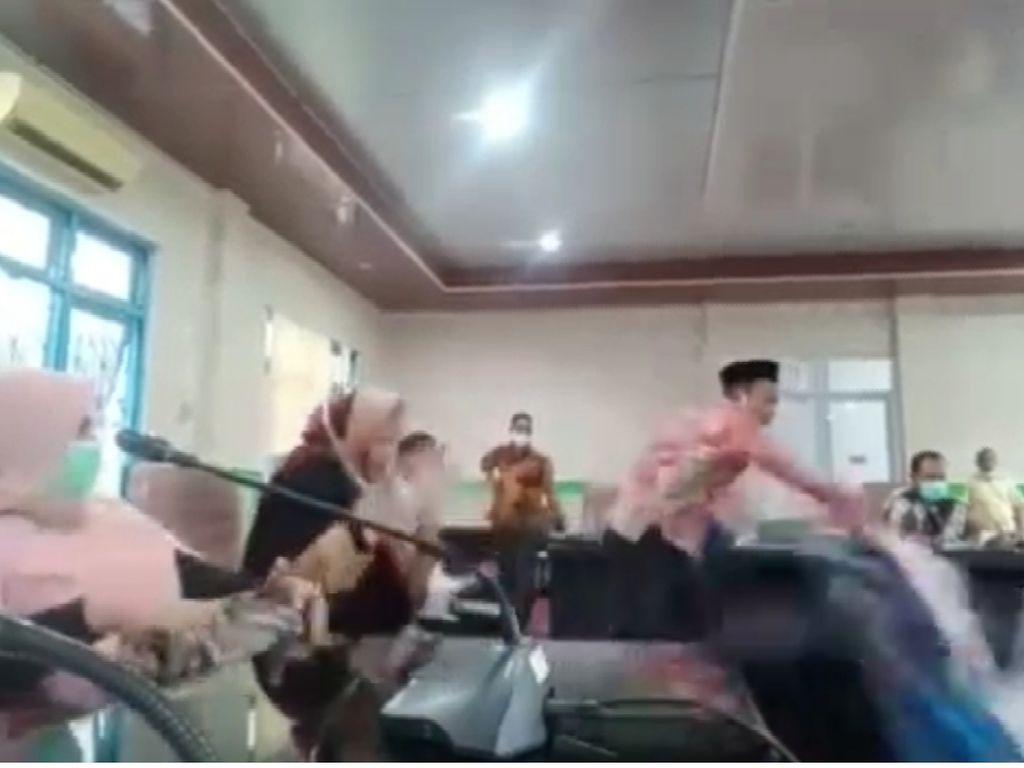 Viral Anggota DPRD Banting Meja karena Bupati Maluku Tengah Absen Rapat Corona