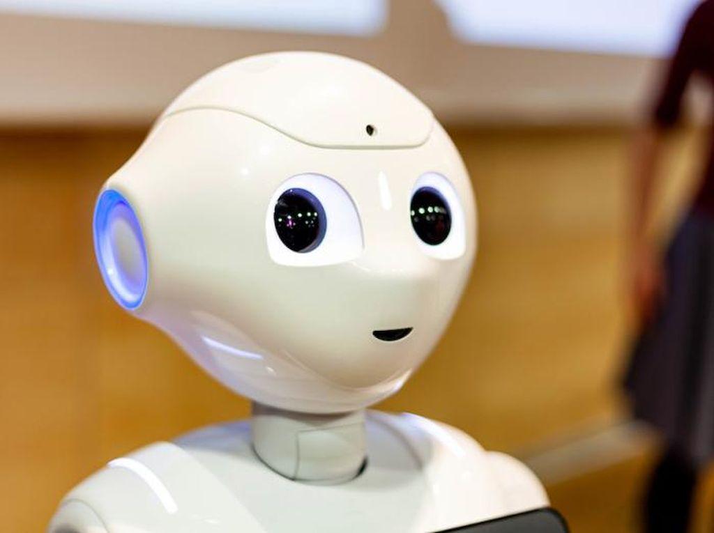 Robot Pepper Ingatkan Orang-orang Pakai Masker