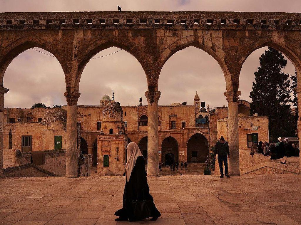 Masjid Al Aqsa Kembali Dibuka untuk Umat Islam Datang dan Salat