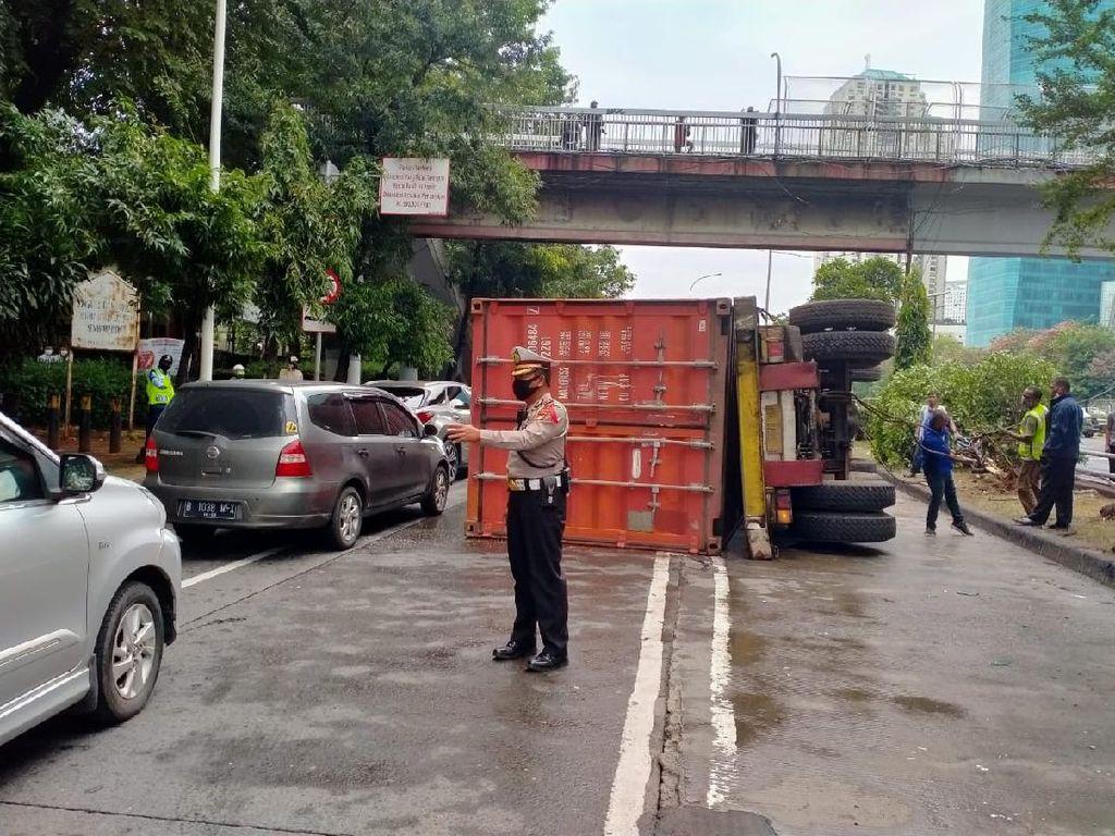 Sempat Bikin Macet, Truk Terguling di Jalan S Parman Sudah Dievakuasi