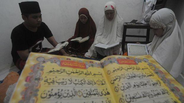 Umat Islam melakukan tadarus Alquran di rumahnya usai melaksanakan shalat tarawih di Kelurahan Gladak Anyar, Pamekasan, Jawa Timur, Kamis (23/4/2020). Sebagian warga di kabupaten tersebutmelaksanakan ibadah shalat tarawih dan tadarus di rumah masing-masing mengikuti imbauan pemerintah terkait Pandemi COVID-19. ANTARA FOTO/Saiful Bahri/aww.