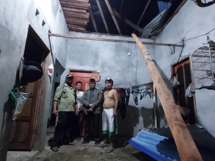 Puting beliung rusak rumah warga di Belitung Selatan.