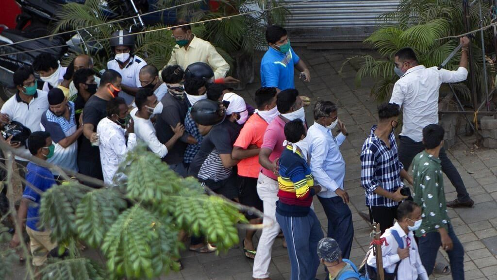 Polisi India Pukuli Warga yang Antre Beli Miras
