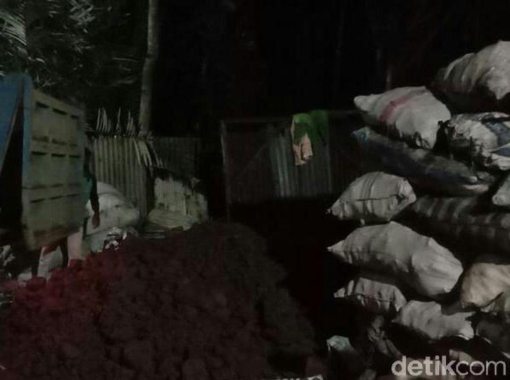 Warga Bandung Barat Digegerkan Bau Gas Muncul di Gudang Rongsokan
