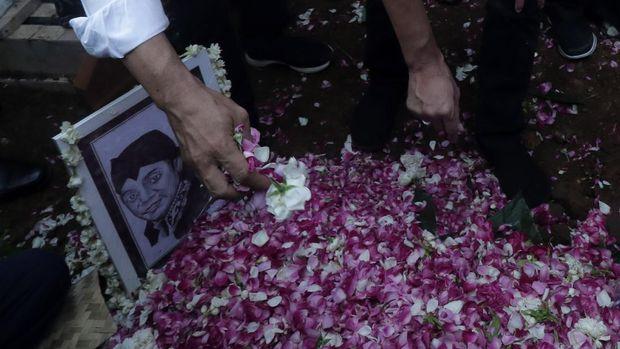 Kerabat menabur bunga di atas pusara almarhum penyanyi campursari Dionisius Prasetyo atau Didi Kempot sesuasi dimakamkan  di Tempat Pemakaman Umum Desa Majasem, Ngawi, Jawa Timur, Selasa (5/5/2020). Didi Kempot meninggal di Solo, Jawa Tengah pada usia 53 tahun. ANTARA FOTO/Joni Pratama/zk/hp.