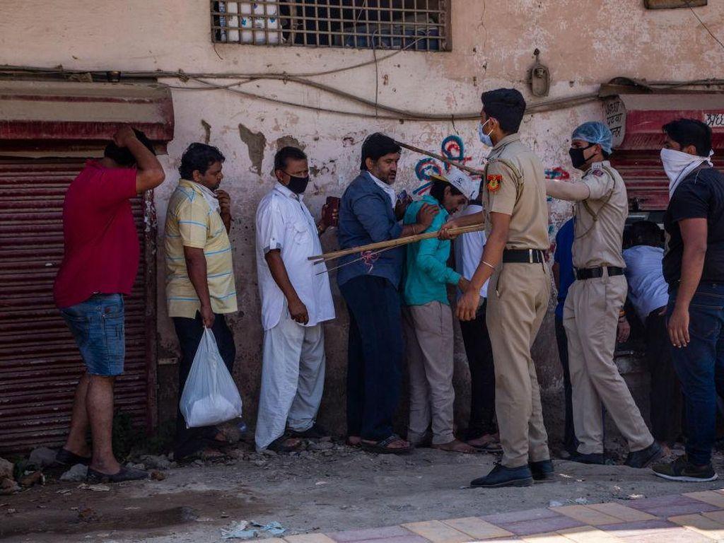 Aksi Polisi India Pukuli Orang di Jalan Dituding Sebabkan Kematian Bocah 13 Tahun