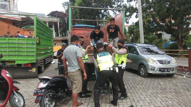 Polisi tilang puluhan motor siswa yang hendak konvoi di Kendari. (Foto: Istimewa)