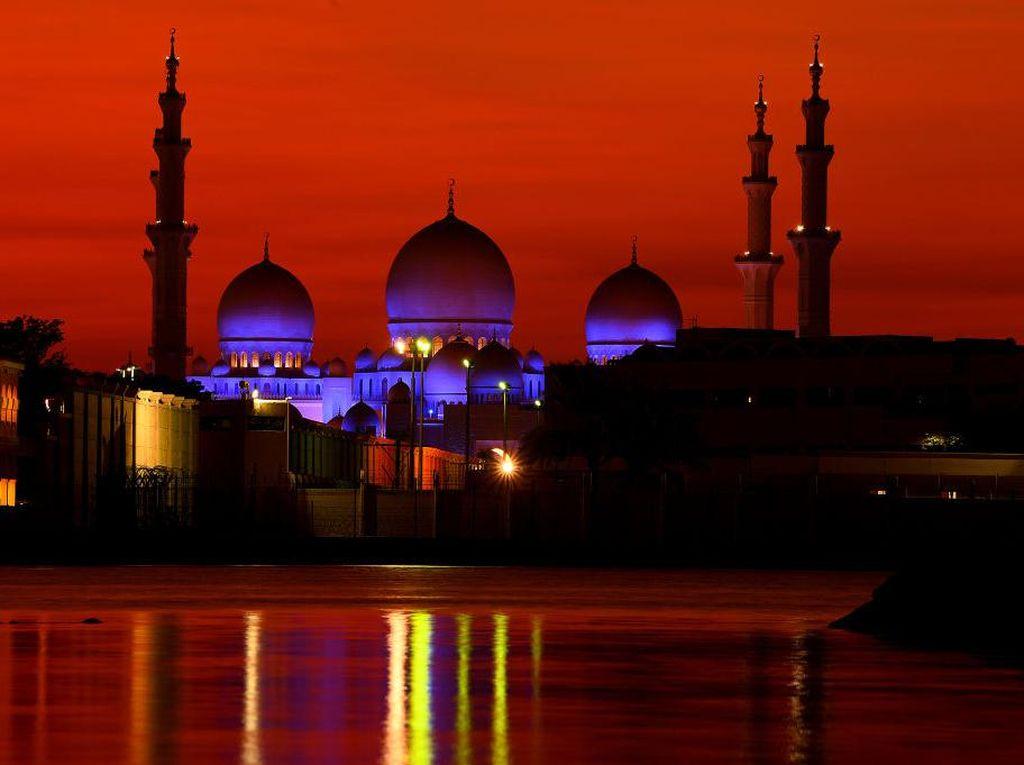 Keindahan Masjid Sheikh Zayed Saat Senja