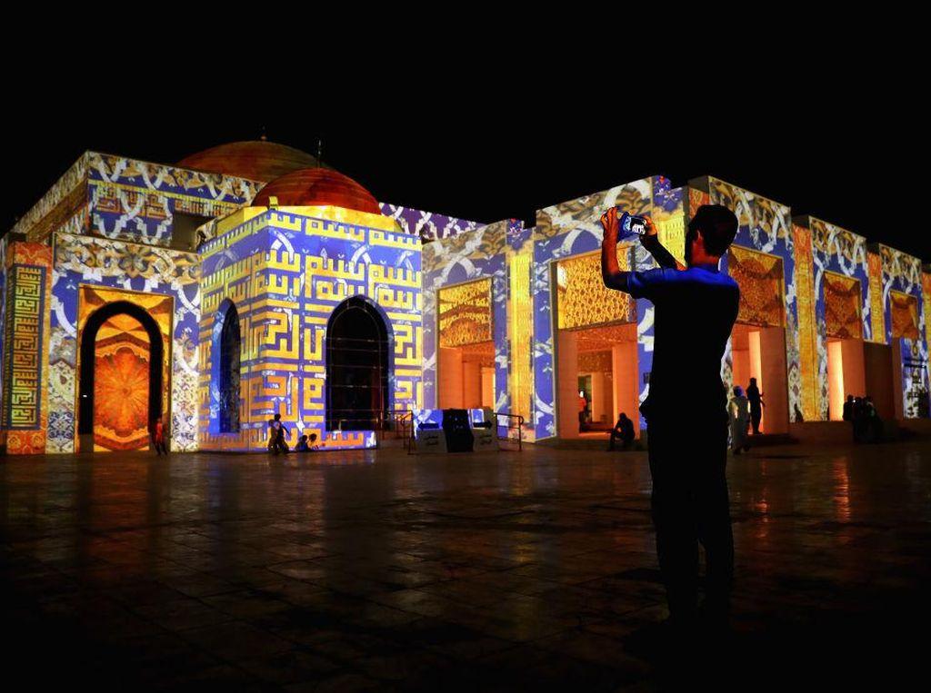 Terpukau Indahnya Ilusi Cahaya Masjid Aminah di UEA