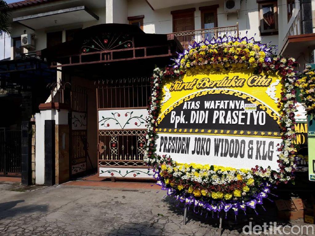 Karangan Bunga Sobat Ambyar hingga Jokowi Berjejer di Rumah Duka Didi Kempot