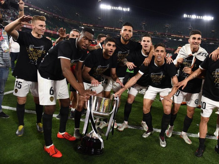 SEVILLE, SPAIN - MAY 25: Valencia CF players celebrate with the trophy at the end of the Spanish Copa del Rey match between Barcelona and Valencia at Estadio Benito Villamarin on May 25, 2019 in Seville, Spain. (Photo by Denis Doyle/Getty Images)
