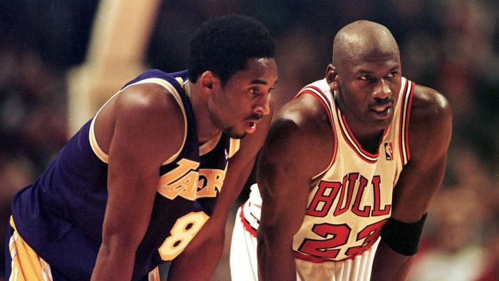 Los Angeles Lakers guard Kobe Bryant(L) and Chicago Bulls guard Michael Jordan(R) talk during a free-throw attempt during the fourth quarter 17 December at the United Center in Chicago. Bryant, who is 19 and bypassed college basketball to play in the NBA, scored a team-high 33 points off the bench, and Jordan scored a team-high 36 points. The Bulls defeated the Lakers 104-83.  AFP PHOTO  VINCENT LAFORET (Photo by VINCENT LAFORET / AFP)