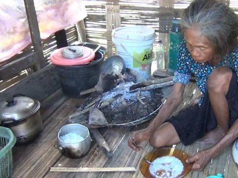 Sitti (65) warga Polman tinggal di Gubuk Kecil dan Makan Nasi Garam