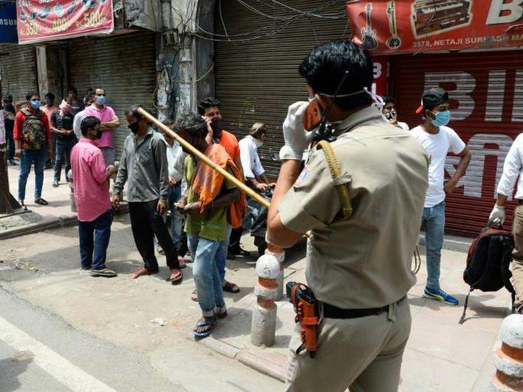 Lockdown Dilonggarkan, Polisi Pukuli Warga India yang Antre Beli Miras