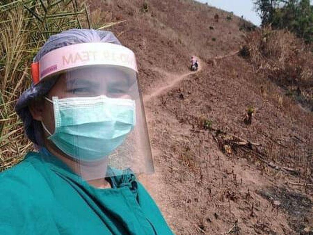 Perjuangan Dokter Wanita Pakai APD Daki Gunung Demi Periksa Pasien Sakit