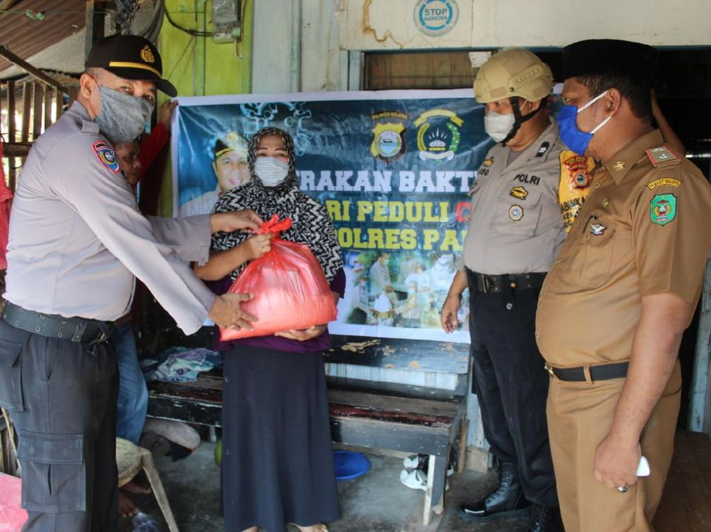 Polisi Beri Sembako ke Warga Terdampak Corona di Palopo yang Tak Dapat Bansos