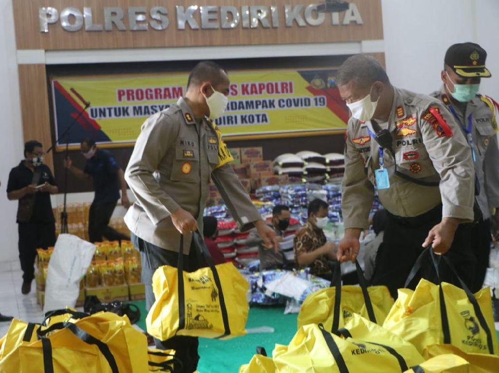 Polisi Kota Kediri Distribusikan 16 Ton Beras dan Sembako ke 7.180 KK