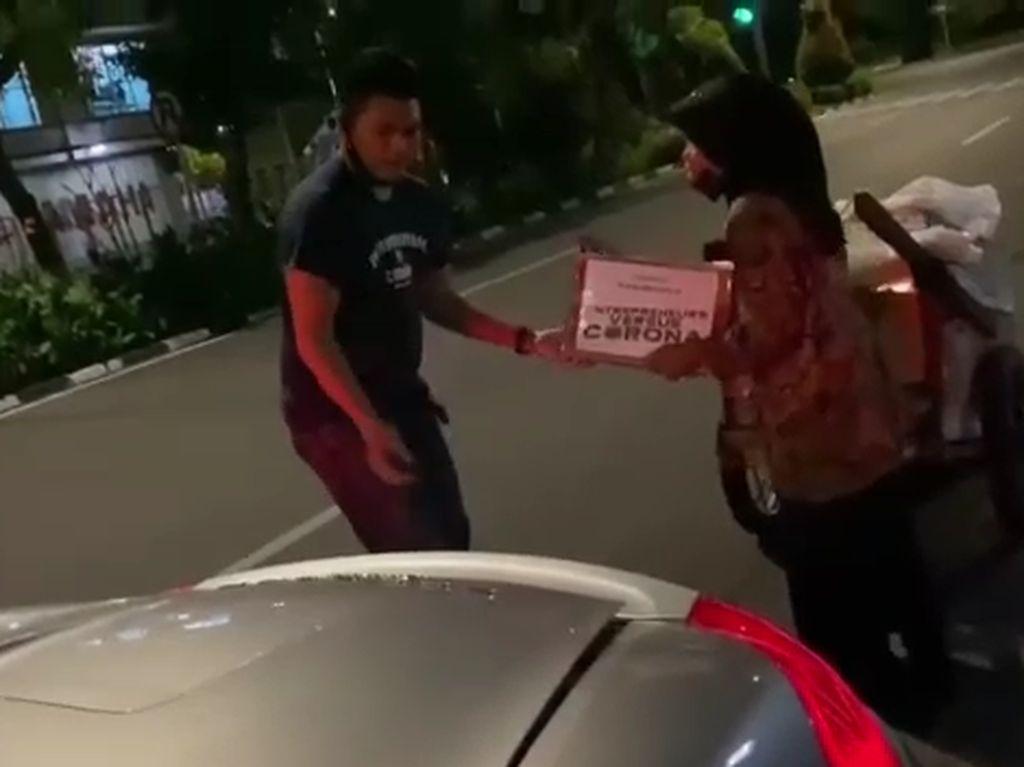 Naik Porsche, Crazy Rich Surabaya Ini Bagi-bagi Kardus Mi Instan Isi Uang