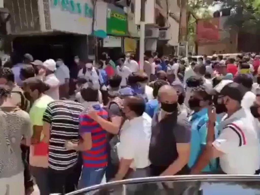 Video Warga India Antre Beli Miras Usai Lockdown Diperlonggar