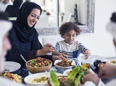 Ilustrasi mengajari anak puasa saat Ramadhan