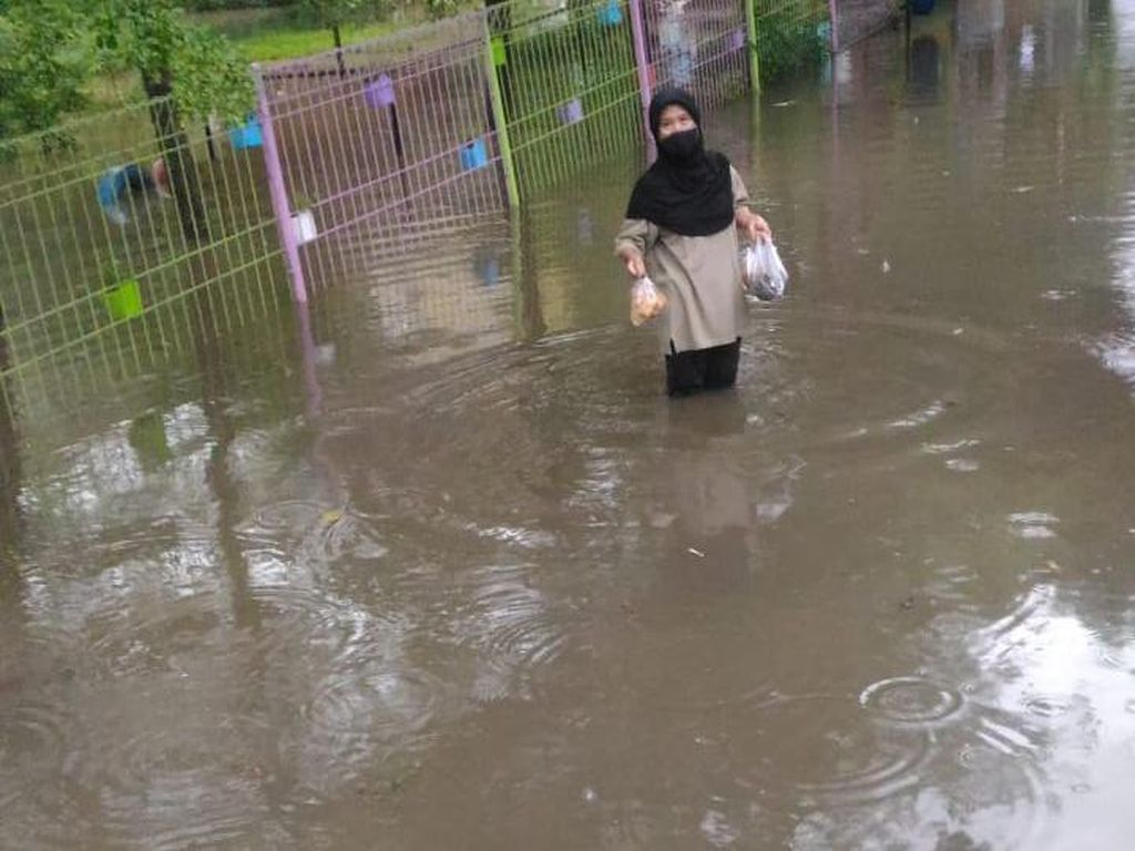 RPTRA Taman Jangkrik Jaksel Banjir Sepaha Orang Dewasa