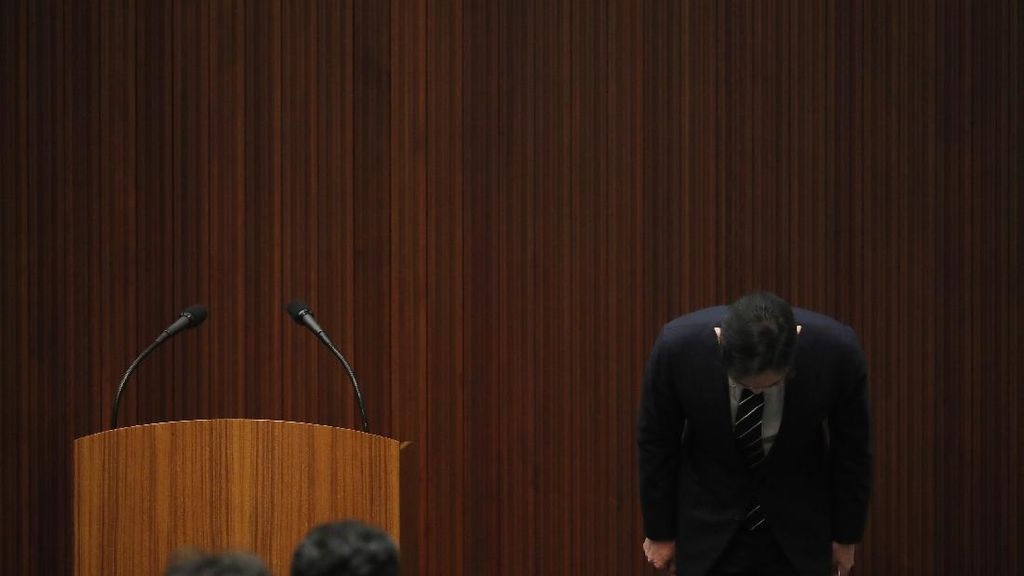 Pangeran Samsung Bungkukkan Badan Minta Maaf ke Publik