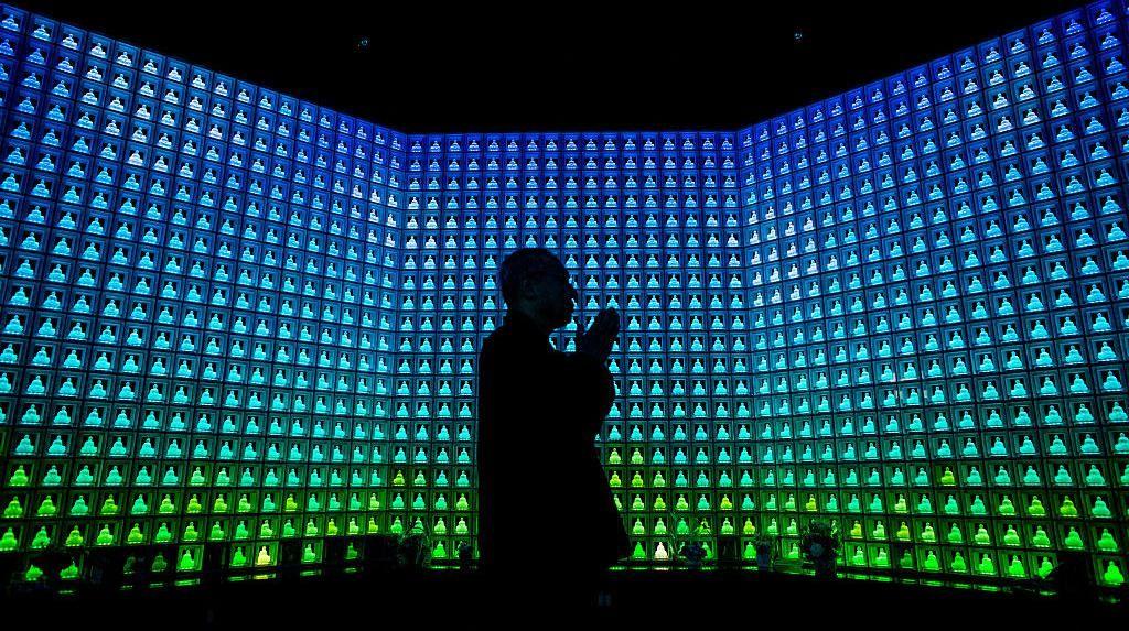 Mandi Cahaya LED di Rumah Abu Kuil Koukokuji