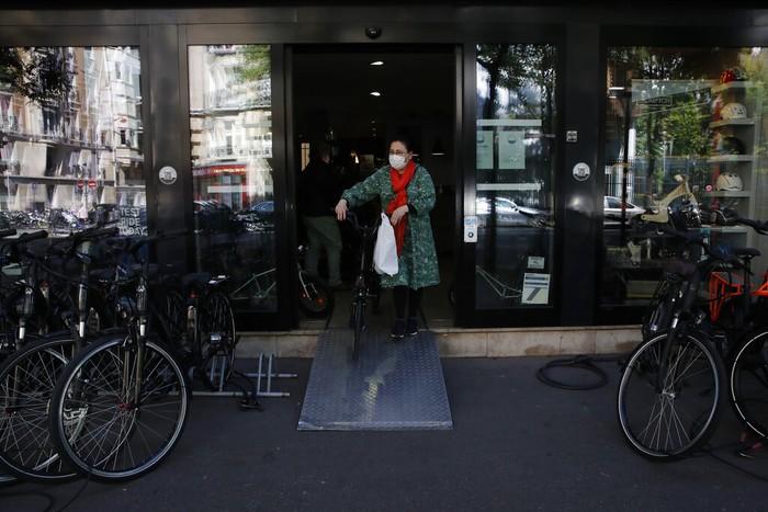 Toko dan tempat service sepeda ramai dikunjungi pesepeda seperti terlihat di kota Paris. Pemerintah Prancis menyiapkan subsidi untuk pengguna sepeda sebagai alternatif transportasi massal  yang rawan kerumunan. Subsidi tersebut bagian dari skema melawan pandemi COVID-19.