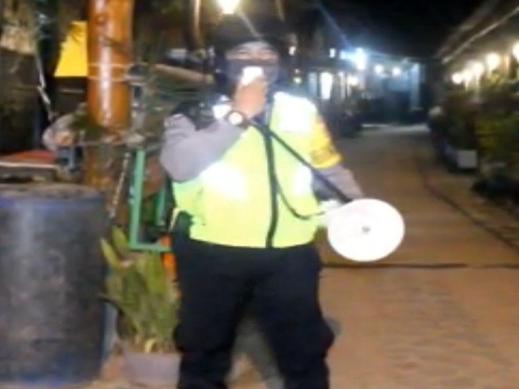 Aksi Polisi di Kendari Keliling Kampung Bangunkan Warga Sahur
