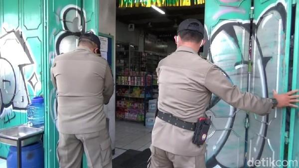 Satpol PP Purwakarta tutup paksan toko non pangan yang beroperasi saat PSBB
