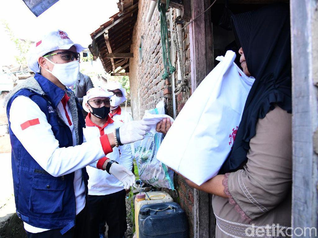 Sandiaga Uno Bagi-bagi Sembako untuk Penarik Becak di Bandung