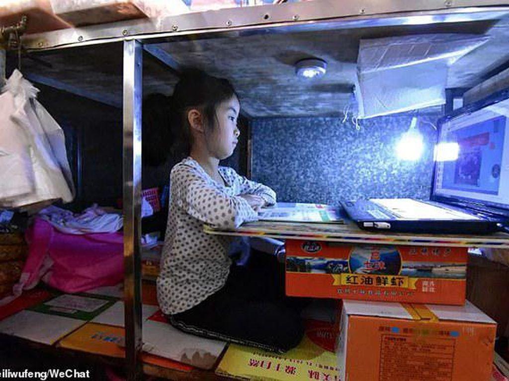 Sekolah Libur Karena Virus Corona, Anak Ini Belajar di Gerobak Makanan