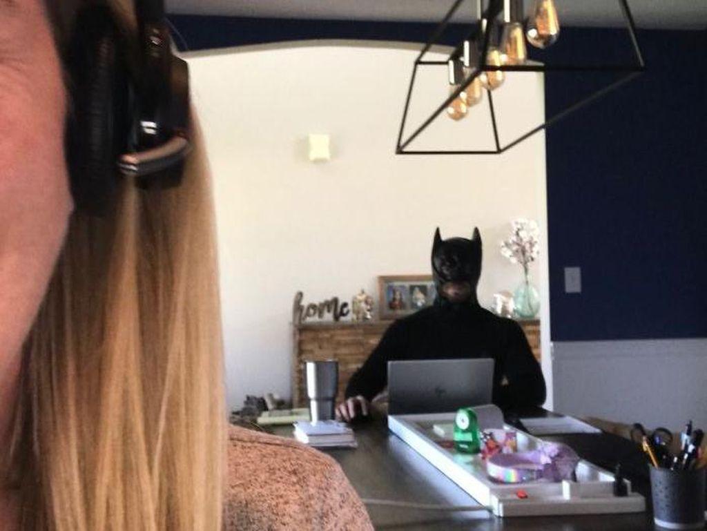 Aksi Kocak Suami Zoom Bombing Istri Saat Meeting