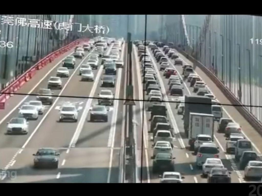 Seram! Jembatan Gantung China Goyang Diterjang Angin Saat Padat Kendaraan